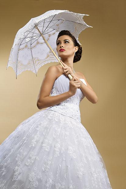 fotomodel cu umbreluta in rochie de mireasa