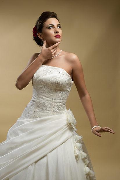 model in rochie de mireasa ampla