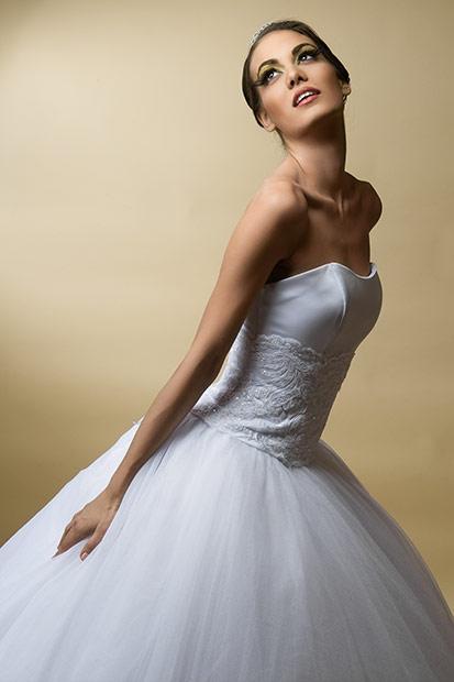 rochie de mireasa purtata de fotomodel de elita