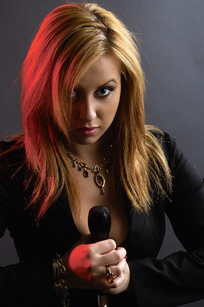 portret cu microfon