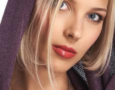Portret femeie blonda