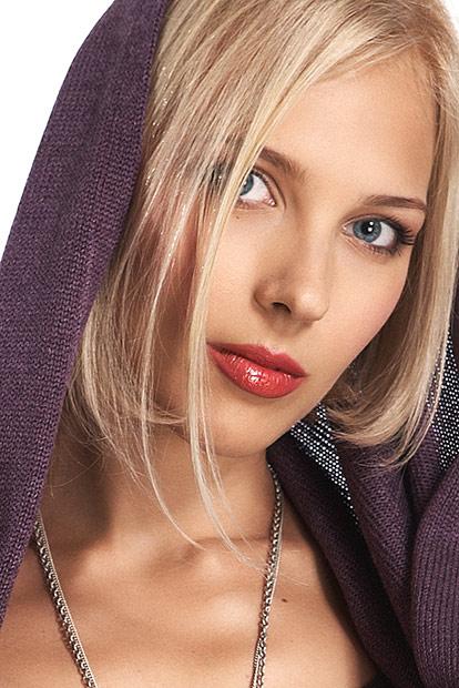 portret blonda cu gluga