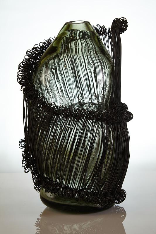 metal si sticla intr-un obiect de arta