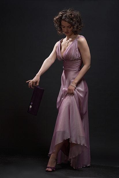 fotomodel cu poseta si rochie de seara
