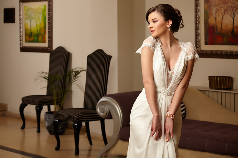 fotomodel in rochie de mireasa in locatie