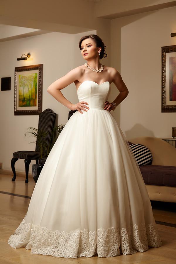 rochie ampla purtata de fotomodel in hotel