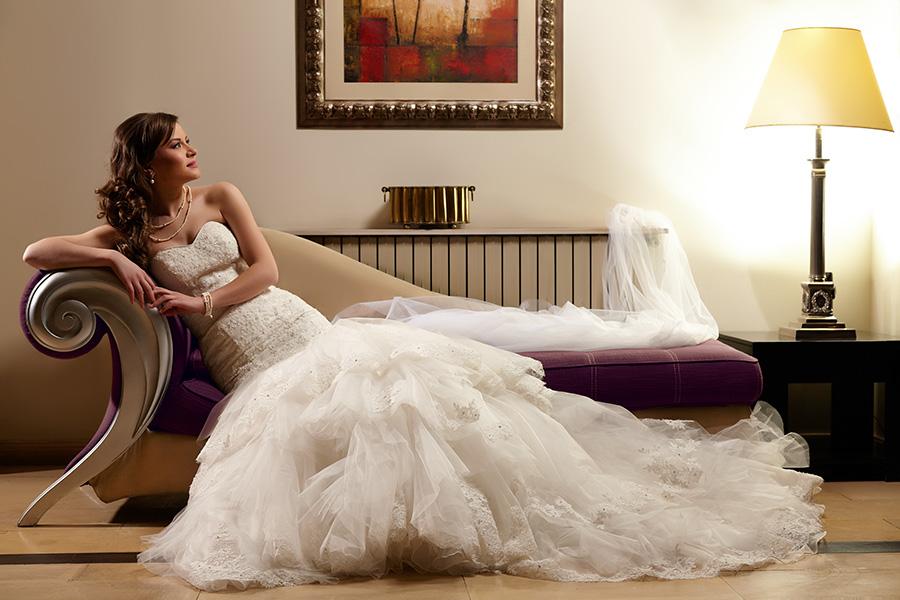 fotomodel pe canapea in rochie de mireasa