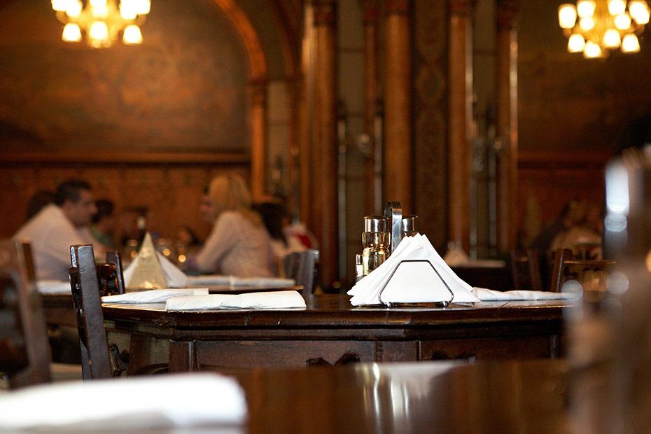 detalii in interiorul Carului cu bere