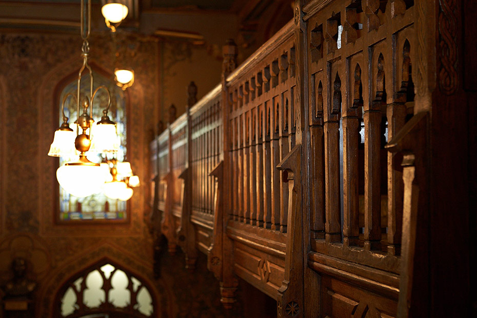 balustrada de lemn la etaj Caru cu bere