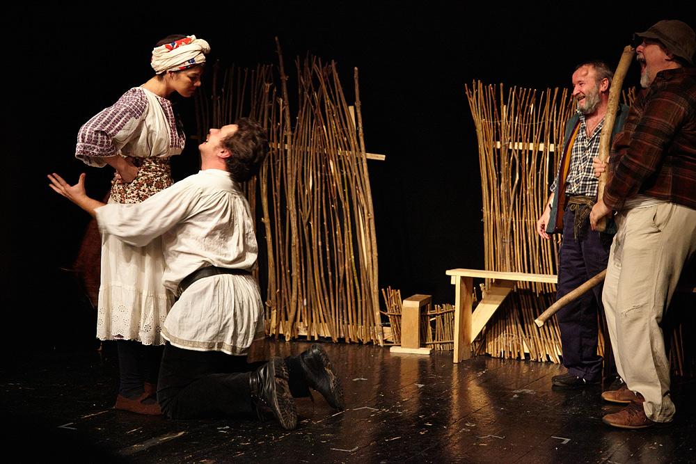 scena de dragoste in piesa Niste Olteni