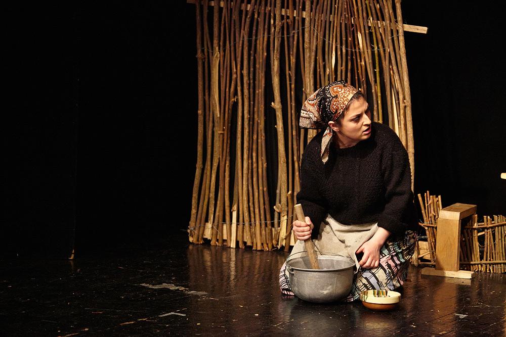 Ioana Perescu in piesa de teatru Niste Olteni