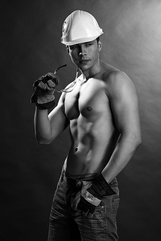 constructor in alb si negru