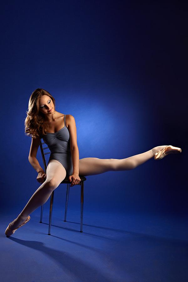 balerina gratioasa pe scaun