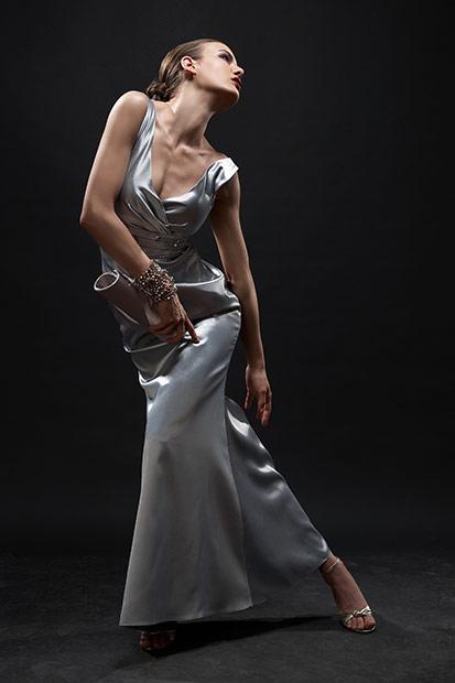 fotomodel pozand cu rochie de seara