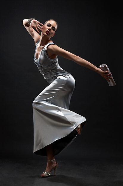 posing foarte dinamic pentru o rochie de seara