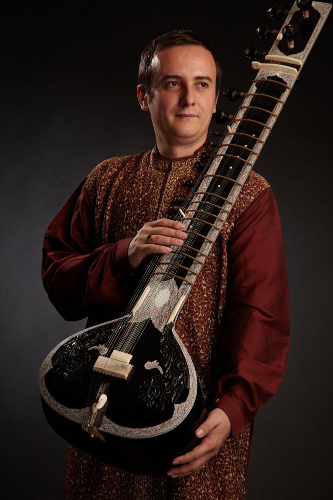 instrumentist in picioare cu sitar