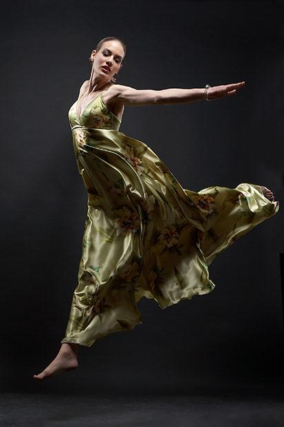 model in salt cu rochie de seara