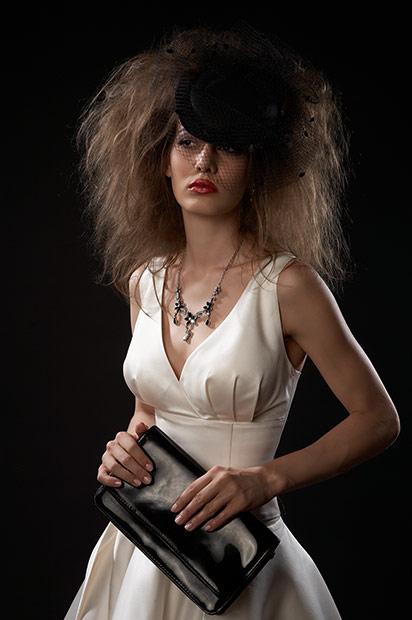 fotografie de moda cu vaduva neagra in rochie alba