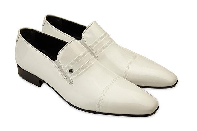fotografie de produs pantofi barbatesti albi pe fundal alb