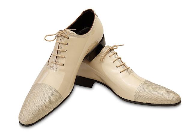 fotografie produs pantofi barbatesti crem pe fond alb