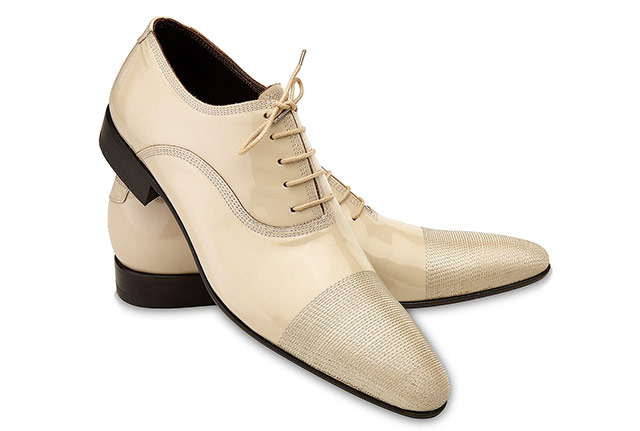 pantofi crem de lac pe fundal alb