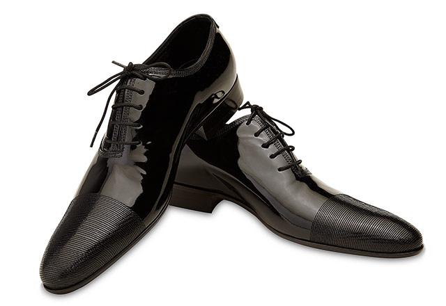 pantofi negri de lac pe fundal alb