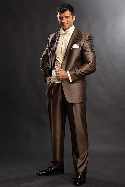 costum de culoarea cognacului de mire