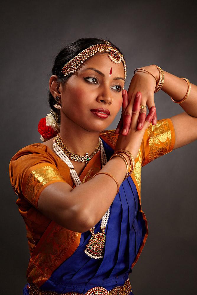 gesturi ale mainilor in timpul dansului
