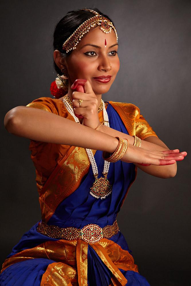dansatoare indiana in postura expresiva