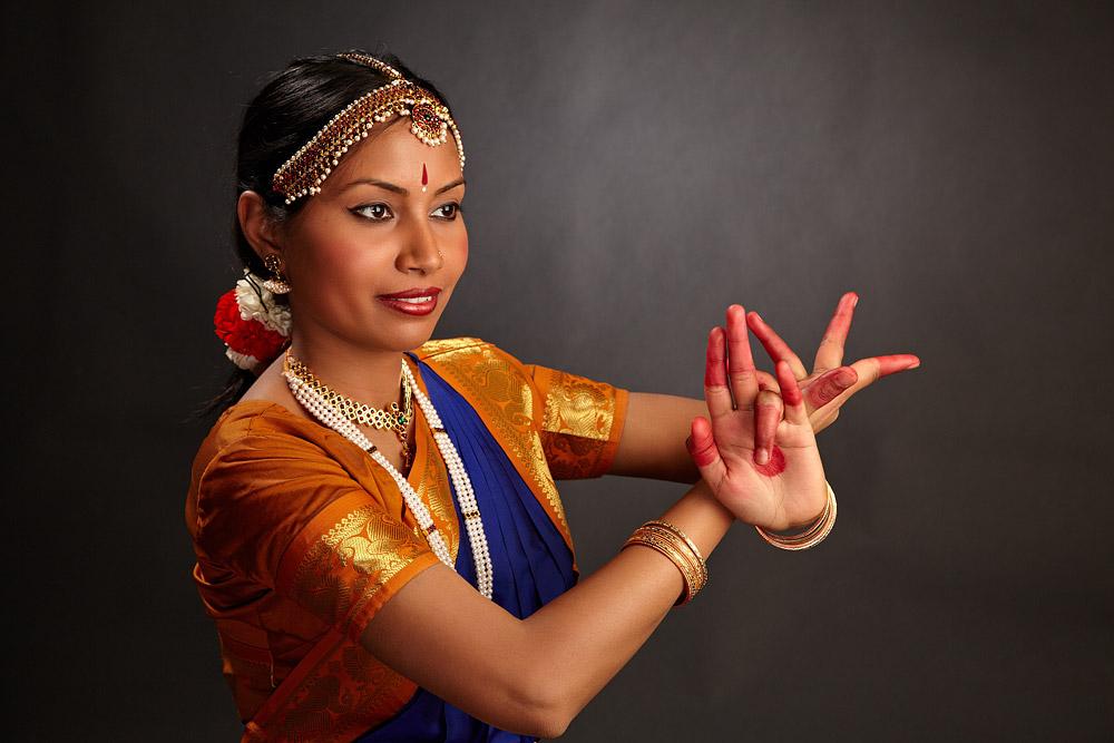 dansatoare clasica indiana cu gesturi ale mainilor
