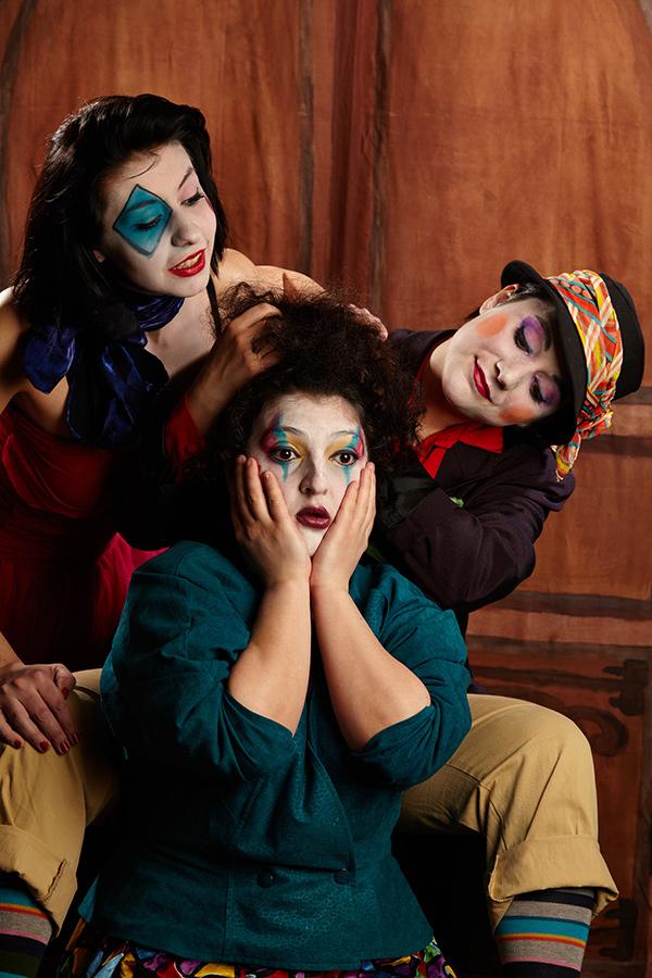 ca o scena de teatru cu cei 3 clovni