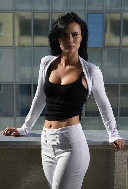 vestimentatie alb-negru purtata in balconul hotelului