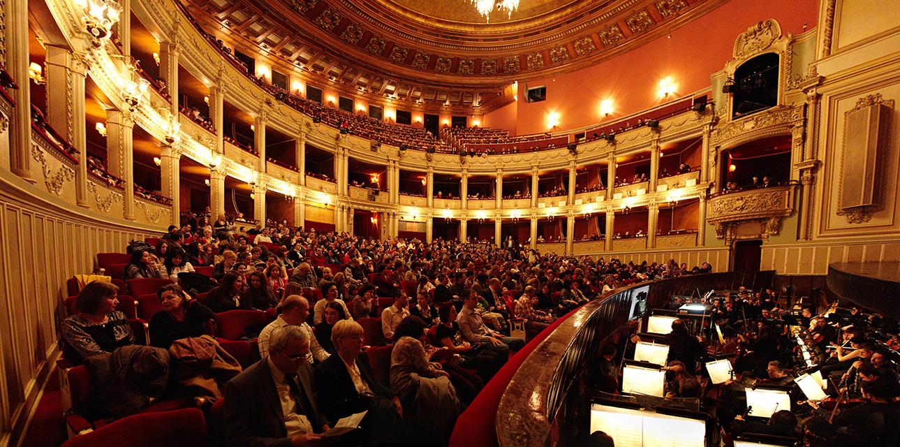 interiorul salii de spectacol al Operei Romane