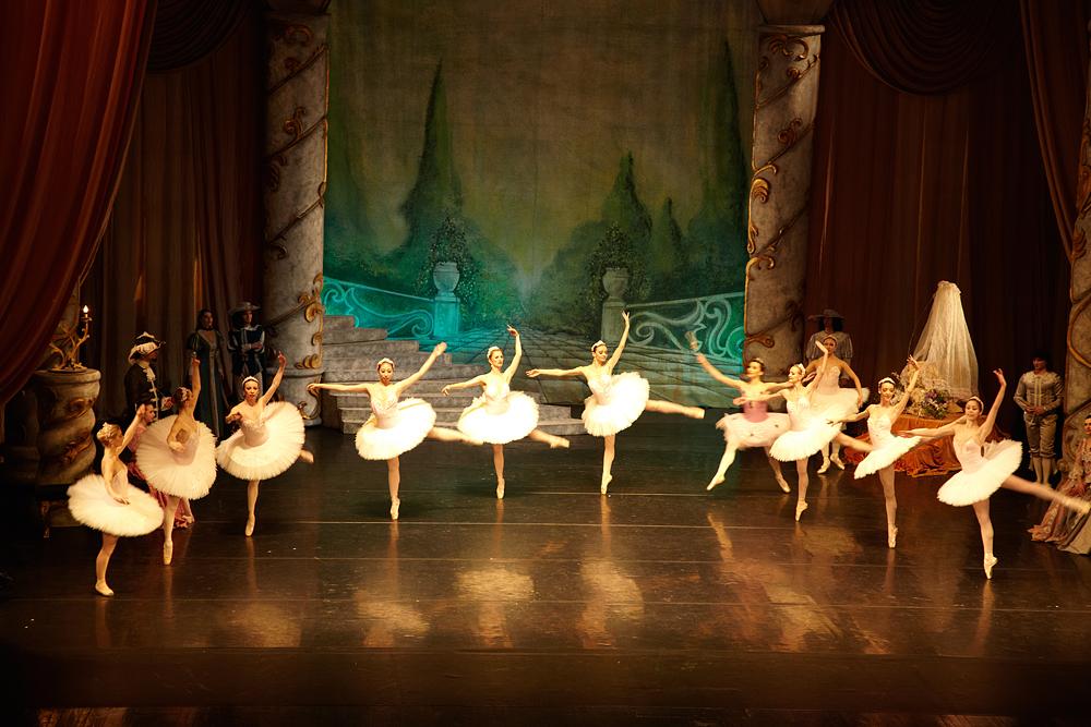 balerine pe scena Operei Romane