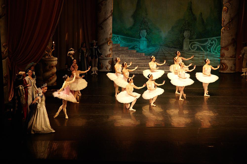 scena operei ocupata de balerine
