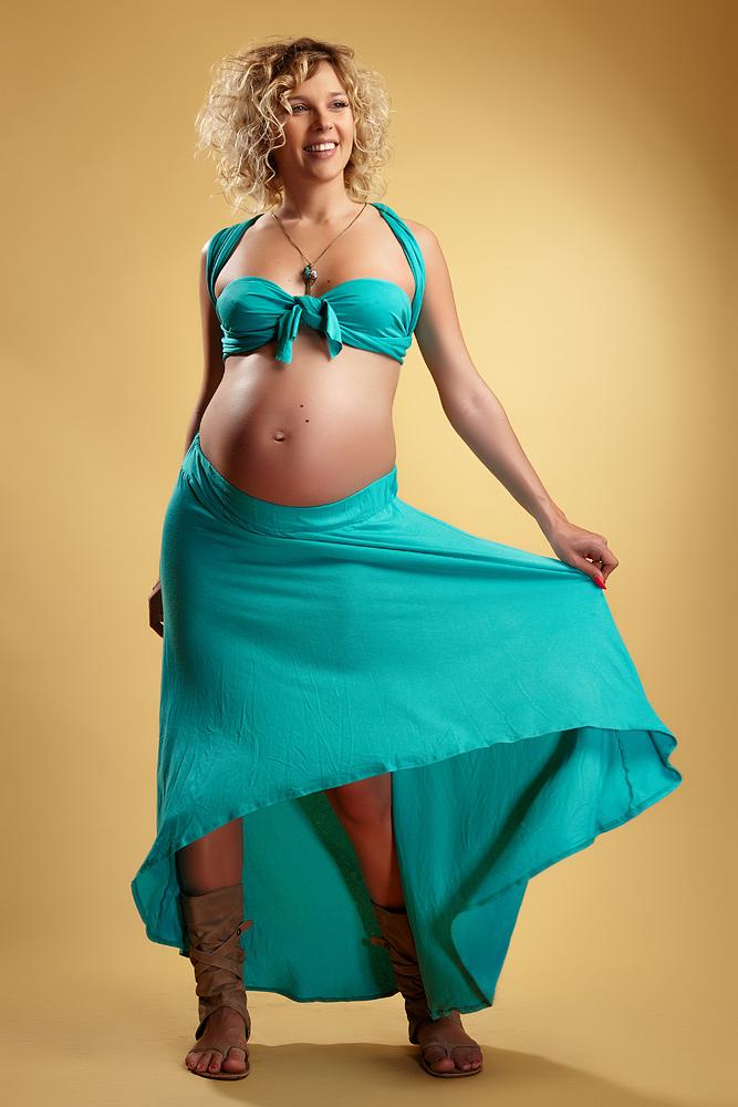 femeie gravida jucandu-se cu fusta
