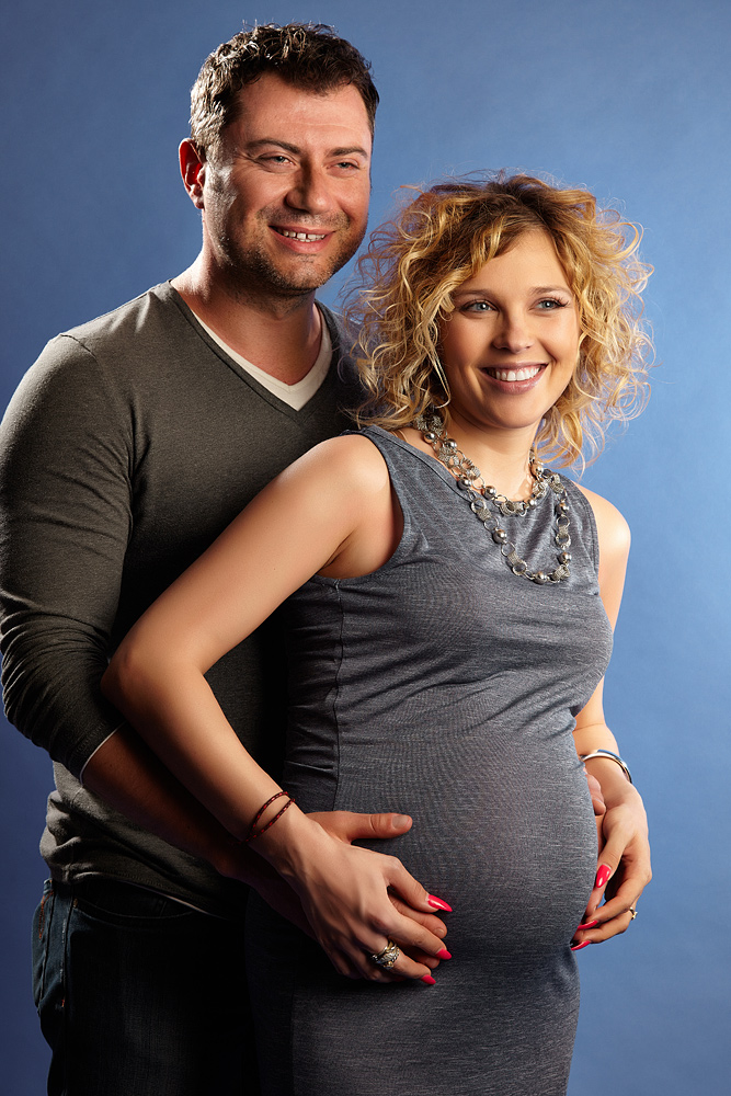 cuplu fericit cu femeie gravida