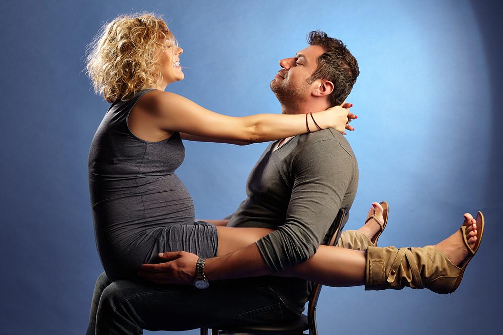 barbat si femeie gravida jucandu-se