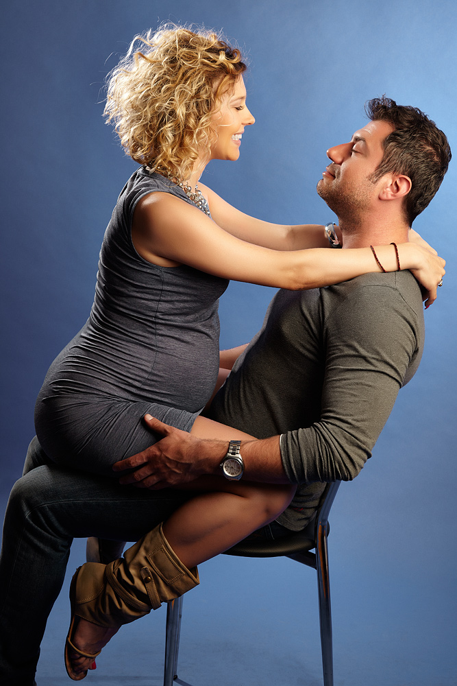 femeie gravida calarindu-si sotul
