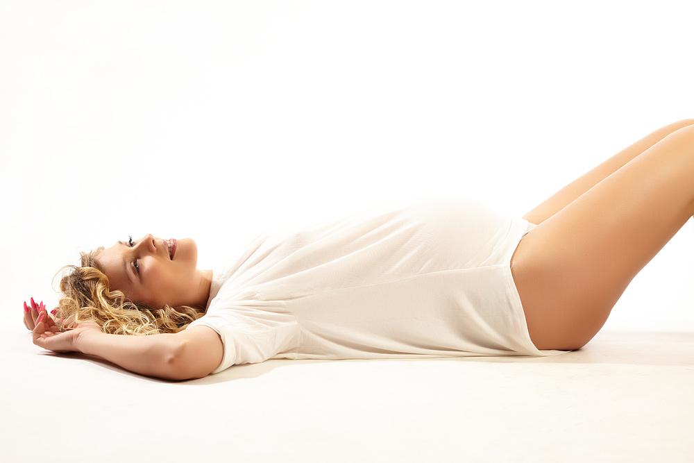 femeie insarcinata asezata pe jos