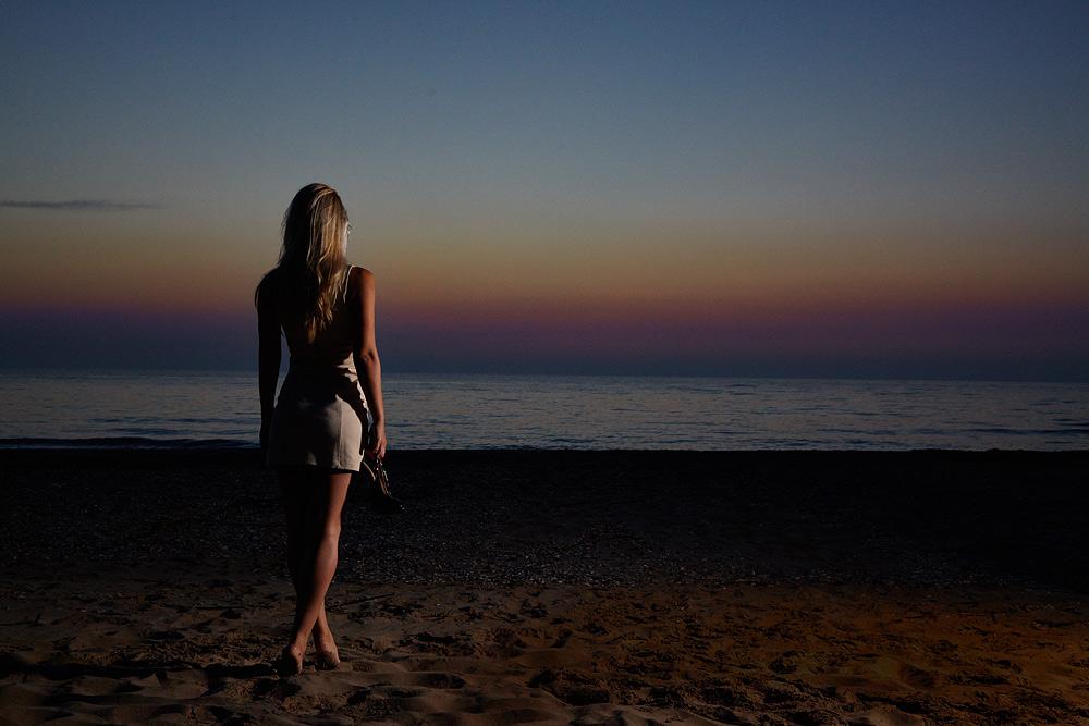 Fotomodel la mare la rasaritul soarelui
