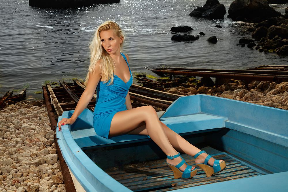 La mare fotomodel in barca pe tarm