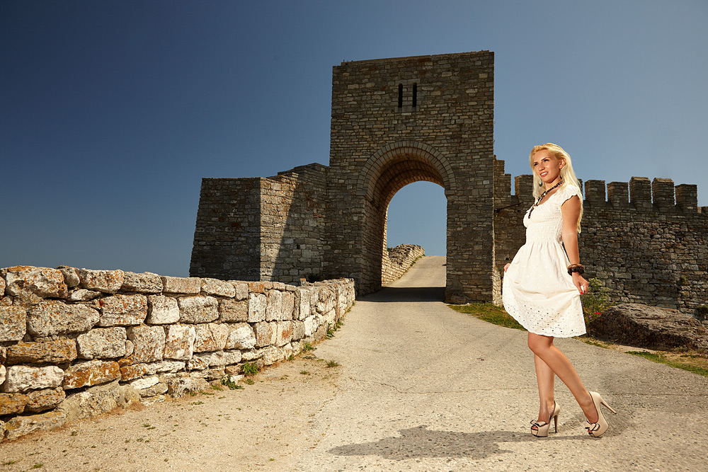 fotomodel la mare langa zidurile cetatii