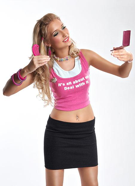 fotografie cu papusa Barbie in oglinda